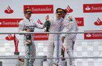 Lewis Hamilton steelt de show, winst naar Rosberg