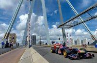 Verstappen scheurt in oude bolide van Vettel door Rotterdam