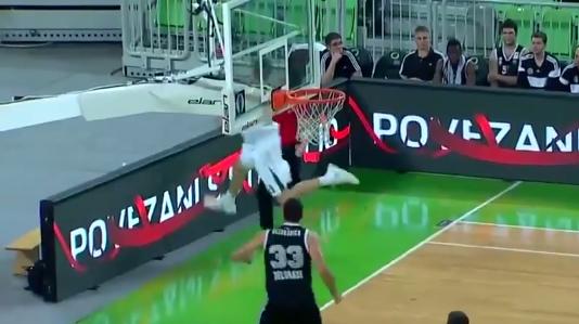 Basketballer schiet raak uit onmogelijke hoek (video)