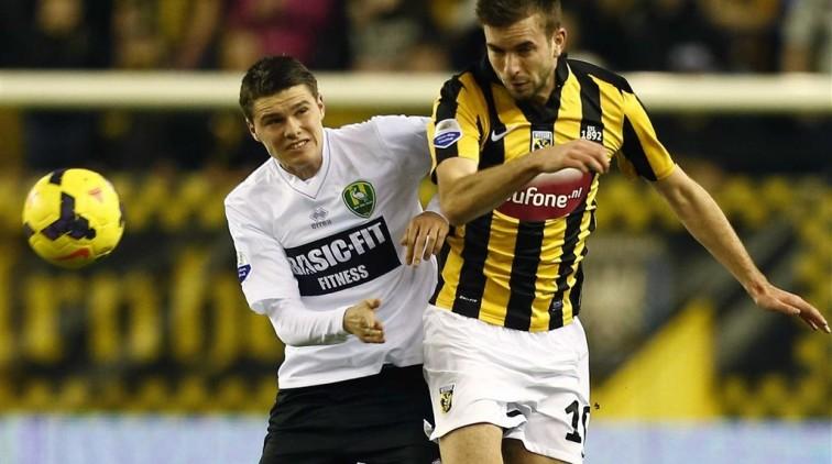 Breukje in rugwervel voetballer Bakker (ADO)