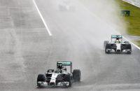 Hamilton glibbert naar zege in Japan