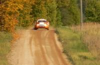 Rally-fans ontsnappen aan de dood na bizarre crash (video)