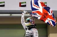 Hamilton wint kille teamstrijd van Rosberg