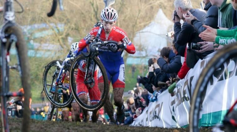 Lars van der Haar 'trapt' naast podium in WB-cross Engeland
