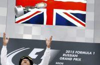 Hamilton viert 'bijzondere zege' met bontmuts