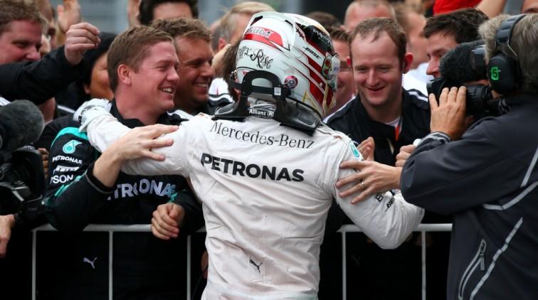 Wereldtitel Mercedes dankzij tijdstraf Räikkönen
