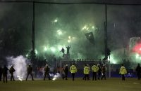 Derby in Athene afgelast wegens rellen