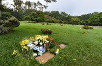 'Formule 1-coureurs bezoeken graf van Senna'