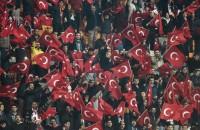 Turkse fans verstoren minuut stilte voor Parijs