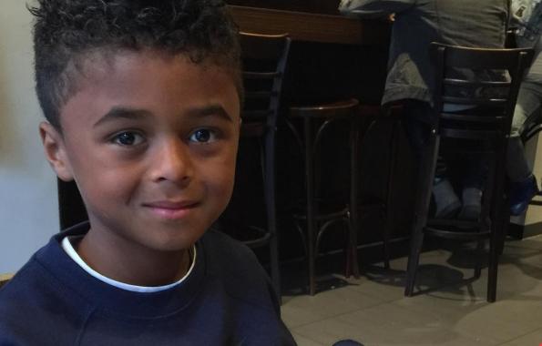 8-jarige zoon van Kluivert leert ons een voetbaltrucje in ...