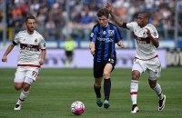 BERGAMO, ITALY - APRIL 03:  Marten De Roon (C) of Atalanta BC is challenged by Adriano (R) of AC Milan during the Serie A match between Atalanta BC and AC Milan at Stadio Atleti Azzurri d'Italia on April 3, 2016 in Bergamo, Italy.  (Photo by Valerio Pennicino/Getty Images)