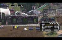 DOM! Motorcrosser juicht te vroeg, krijgt tegenstander op z'n kop (video)
