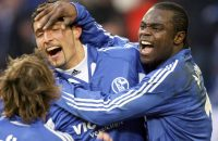 EMBARGO - PUBLICATION AND DISTRIBUTION OF THIS PICTURE IN ANY ELECTRONIC MEDIA, ESPECIALLY THE INTERNET AND MOBILE DEVICES, DURING THE MATCH INCLUDING THE HALF-TIME IS FORBIDDEN BY THE GERMAN SOCCER LEAGUE Schalke's striker Kevin Kuranyi (C) celebrates with Gerald Asamoah after scoring against Nuremberg, during their 23rd day Bundesliga football match 25 February 2006 at the Veltins Arena in Gelsenkirchen.    AFP PHOTO DDP/PATRIK STOLLARZ    GERMANY OUT
