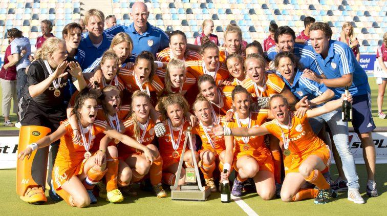 De hockeydames van Oranje na de gewonnen finale van het WK-21 tegen Argentinie.