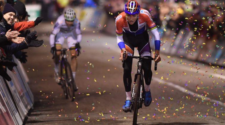 Van der Poel klopt Van Aert in avondcross Diegem