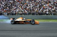 2000-06-11 18:45:12 ZANDVOORT/11062000 - Jos Verstappen heeft zondagmiddag op het circuit van Zandvoort het ronderecord ruim verbeterd. Bij een drukbezochte demonstratie met zijn Arrows A21 reed hij een ronde van 1.22,053. Daarmee haalde de Limburger bijna anderhalve seconde af van de toptijd die Williams-coureur Ralf Schumacher vorig jaar reed. Zie bericht dd heden spo. ANP Foto - Robert Vos
