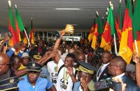 Groots onthaal Ontembare Leeuwen in Yaoundé