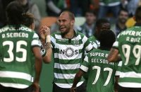 2017-03-18 19:27:48 epa05856966 Sporting CP player Bas Dost (C) celebrating after scoring a goal against Nacional during their Portuguese First league soccer match at Alvalade stadium, Lisbon, Portugal, 18 March 2017.  EPA/MANUEL DE ALMEIDA