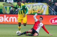 Dion Malone ontwijkt namens ADO Den Haag een tackle van Feyenoord-aanvaller Steven Berghuis.