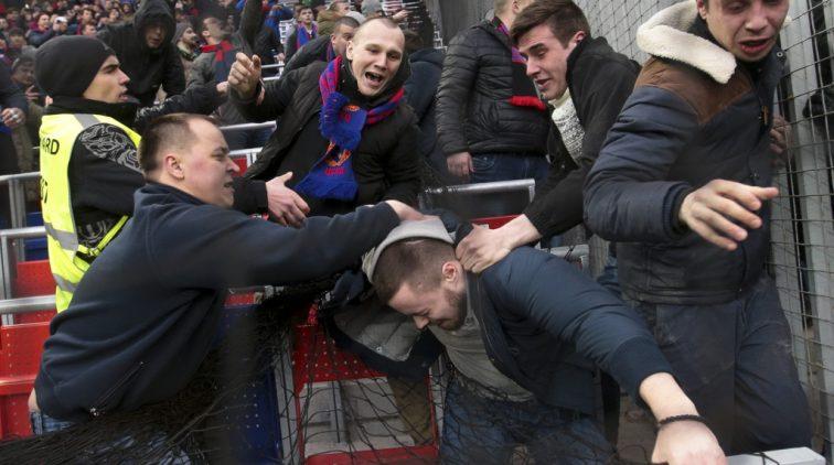 Heftig! Hooligans rellen er flink op los bij Russische ...