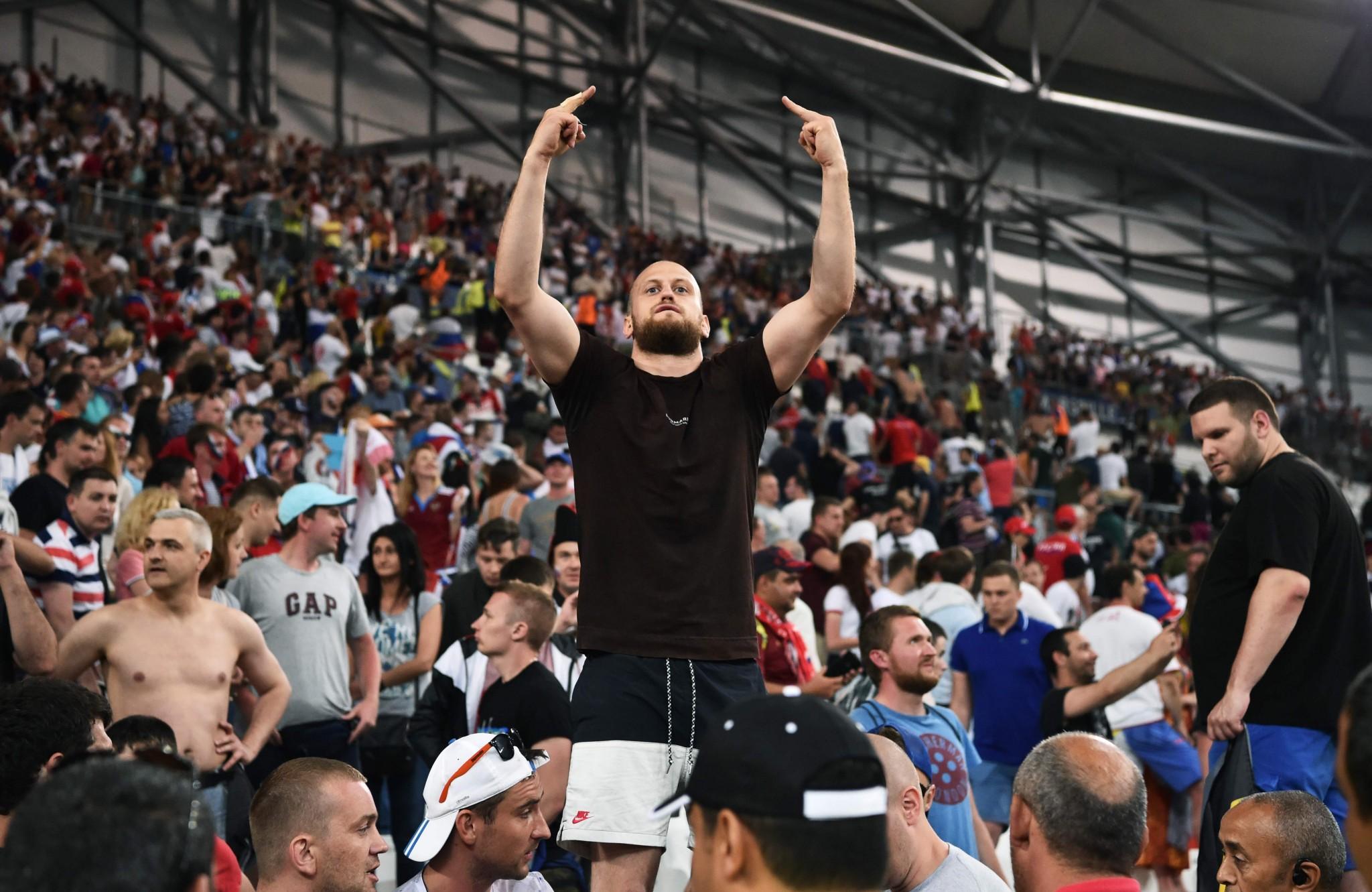 'Maak van vechtpartijen voetbalhooligans een sport ...