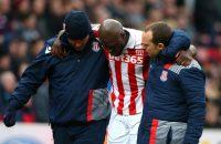 Martins Indi strompelend van het veld bij Stoke