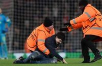 Britain Football Soccer - Arsenal v Bayern Munich - UEFA Champions League Round of 16 Second Leg - Emirates Stadium, London, England - 7/3/17 Fan is tackled by stewards after invading the pitch Reuters / Hannah McKay Livepic © PHOTO NEWS / PICTURE NOT INCLUDED IN THE CONTRACTS  ! only BELGIUM !