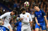 2017-03-28 17:40:47 TOPSHOT - Spain's defender Sergio Ramos (L) and Spain's defender Gerard Pique (C) vies with France's defender Laurent Koscielny during the friendly football match France vs Spain on March 28, 2017 at the Stade de France stadium in Saint-Denis, north of Paris. / AFP PHOTO / FRANCK FIFE