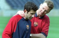 1999-04-27 15:30:00 B102 - 19990427 - BARCELONA, SPAIN : Barcelona©s coach Louis van Gaal (R) comforts Portuguese player Luis Figo (L) during the team©s training, Tuesday 27 April 1999, at the Nou Camp stadium in Barcelona. The team will face the Brazilian national team Wednesday in a friendly soccer match.EPA PHOTO/EFE/ANDREU DALMAU/AD-hh