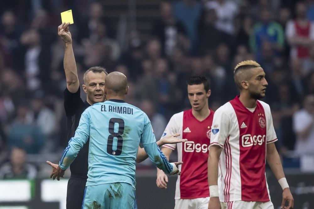 El Ahmadi incasseert de eerste kaart van de wedstrijd