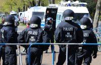 Spelersbus HSV met verf bekogeld door fans Werder Bremen