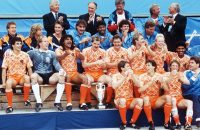 1988-06-25 00:00:00 Dutch players and staff members pose with the Cup after the Netherlands defeated the USSR 2-0 in the final of the European Nations soccer championship 26 June 1988 in Munich.