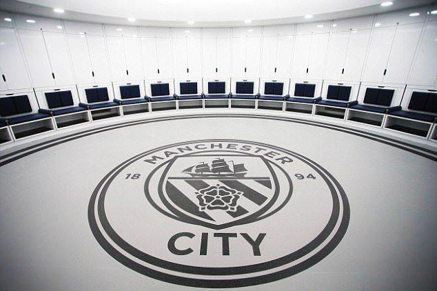 Manchester city showt super deluxe nieuwe kleedkamer en glazen spelerstunnel foto 39 s sportnieuws - Grote kleedkamer ...