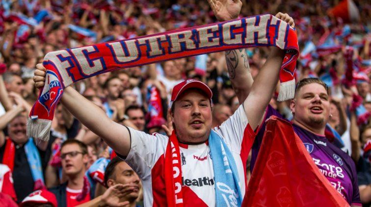 Fc Utrecht Fans Bedanken Twente Voor Extra Geld Sportnieuws