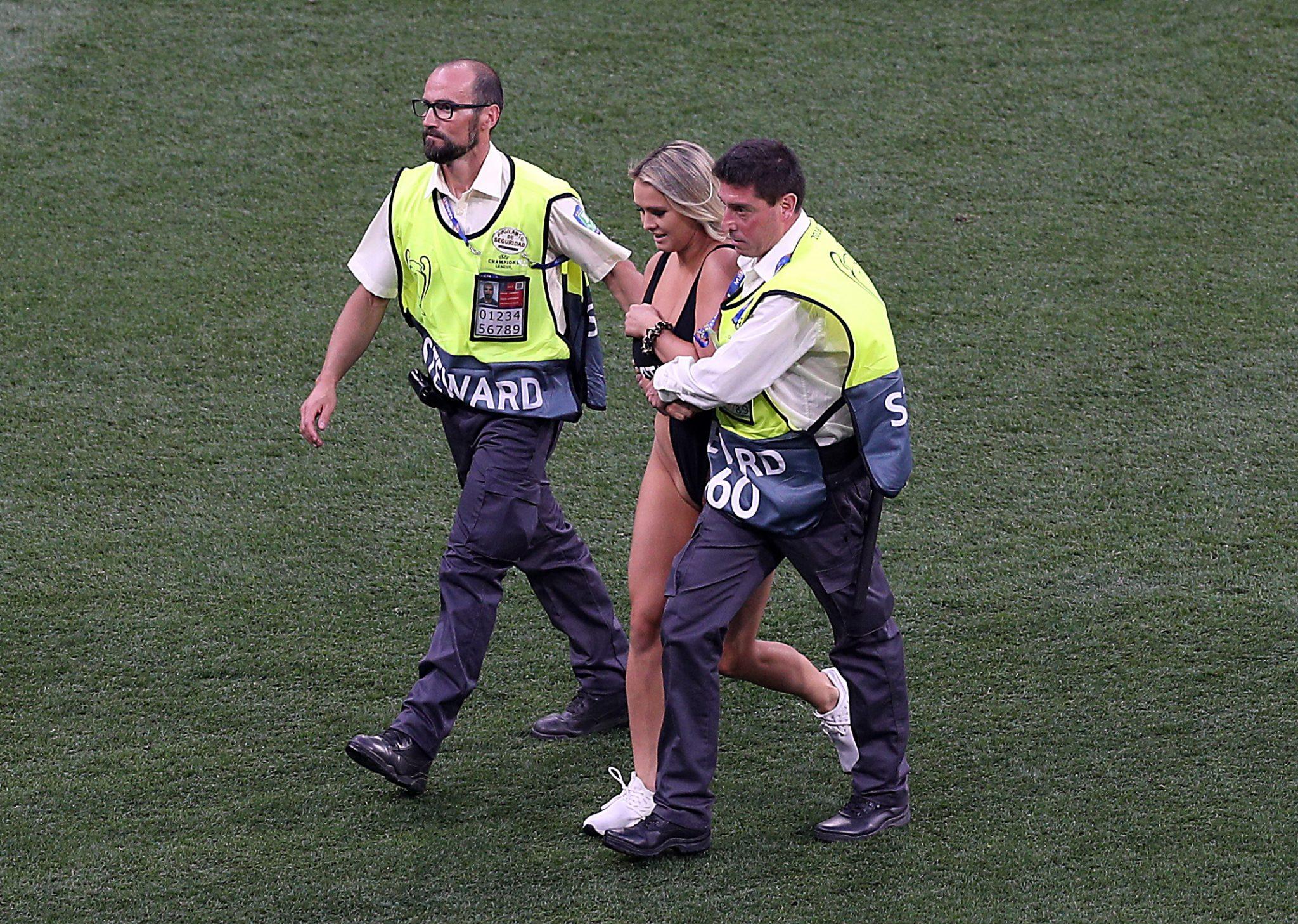 WTF? Schaarsgeklede streaker verstoort Champions League ...