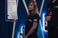 Dit is de eerste vrouwelijke stage-official van het WK Darts ooit