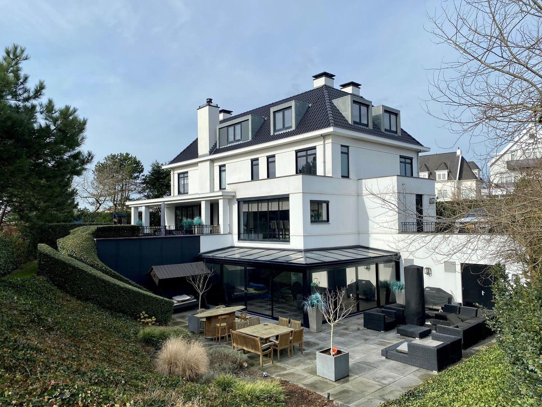 Dirk Kuyt zet zijn enorme villa te koop voor 6,9 miljoen euro: binnenzwembad, privé-bar en eigen voetbalveld - Sportnieuws.nl