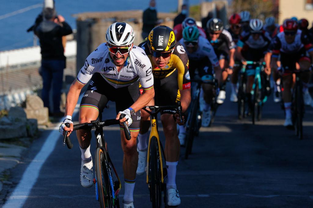 Alaphilippe met Van Aert in zijn wiel tijdens Milaan-San Remo.