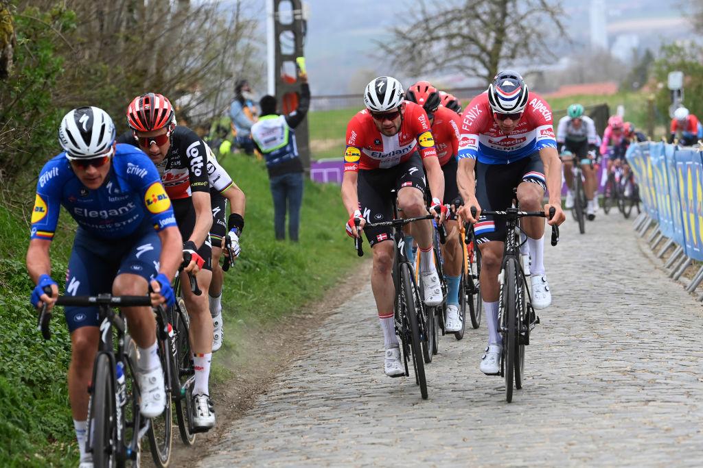 Renners in actie op kasseien tijdens de Ronde van Vlaanderen.