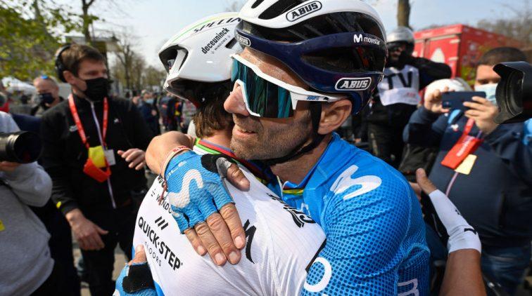 Valverde feliciteert winnaar Alaphilippe in de Waalse Pijl.