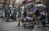 Mensen trainen in de sportschool.