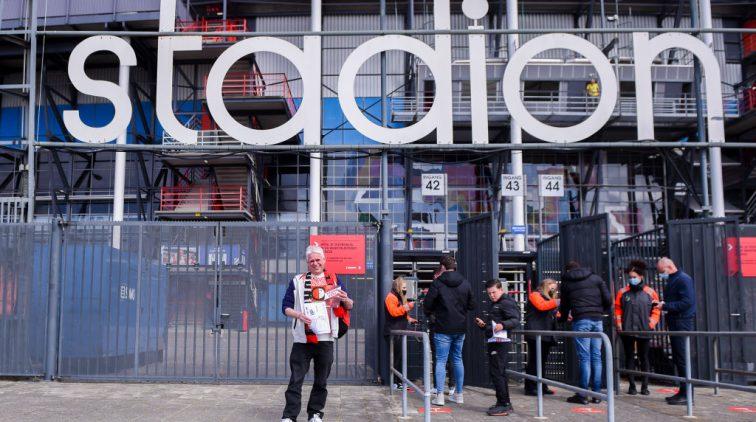 Fans voor het stadion van Feyenoord.