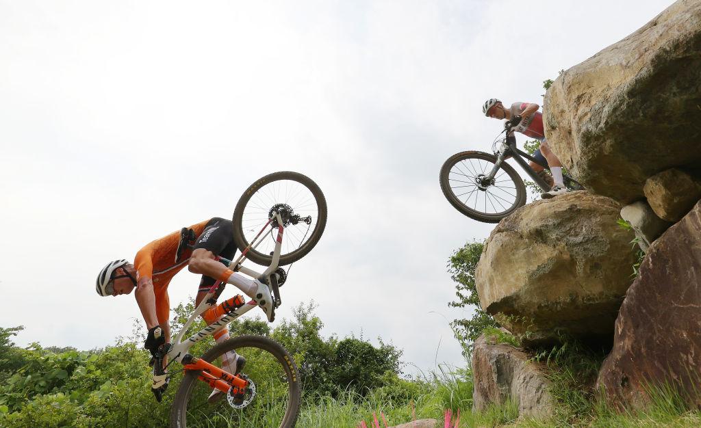 mathieu-van-der-poel-valt-hard-in-mountainbike-race-olympische-spelen