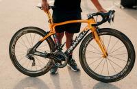 olympisch-kampioen-richard-carapaz-in-vuelta-op-speciaal-gouden-fiets